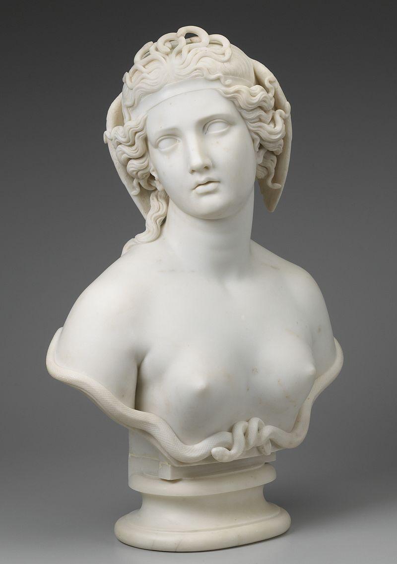 Buste en marbre blanc d'une belle jeune femme la tête inclinée de côté, avec des serpents enlacés à la base des seins nus.