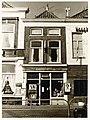 Houttil 16, Sigarenmagazijn en postagentschap C. de Grand, tabakswinkel. Lijstgevel, kroonlijst, pui - RAA011001799 - RAA Elsinga.jpg