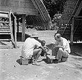 Iemand van Van de Polls reisgezelschap en de houtinkoper spelen een gezelschaps…, Bestanddeelnr 252-6789.jpg