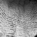 Interieur scheur in metselwerk traptoren onder de tweede omloop. - Amersfoort - 20009322 - RCE.jpg