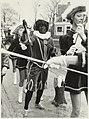 Intocht van Sinterklaas en Zwarte Piet aan de Oostkolk in Spaarndam. NL-HlmNHA 54006843.JPG