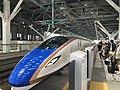 JRE E7 Hokuriku Shinkansen at Toyama Station 2016-04-12.jpg