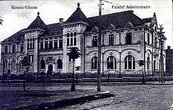 L'edificio del tribunale della contea di Vâlcea del periodo tra le due guerre, ora tribunale di Râmnicu Vâlcea.