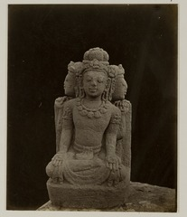 KITLV 28247 - Isidore van Kinsbergen - Sculpture of a three-headed figure with the residency in Kediri - 1866-12-1867-01.tif