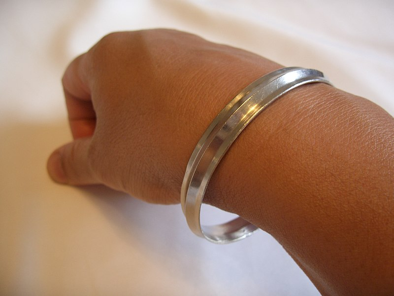 800px-Kara_worn_on_right_arm.JPG