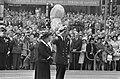 Koningin Juliana en prins Bernhard na de kranslegging, Bestanddeelnr 922-3782.jpg