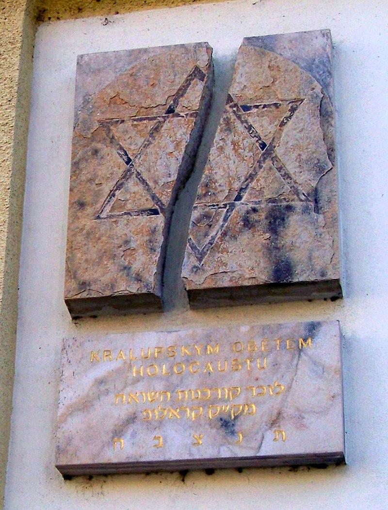 Kralupy nad Vltavou, tabule na synagoze (detail).jpg