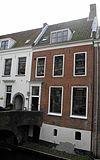 Huis met rechte kroonlijst, zadeldak eindigend in topgevels met schoorstenen
