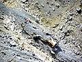 Kuş yuvasında uçurumdan aşağı düşmüş araba enkazı - panoramio.jpg