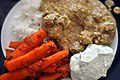 Lamb korma med gulerødder, raita og ris (5631638020).jpg