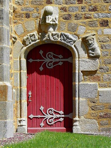 Porte du transept méridional de l'église Saint-Martin et Saint-Pierre de Langan (35).