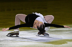 Glossary of figure skating terms - A cantilever with the hands extended