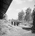 Mannen bezig met het dorsen van hennep, Bestanddeelnr 254-4265.jpg