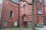 Marienkirche, Flensburg, Grabplatten an der Kirche mit Einfriedung und Zugang, Bild 2.JPG