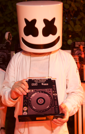 Marshmello receiving an award in 2017 from producers Sean Hamilton and Eric Hertzog at the Remix Awards in Miami, Florida Marshmello2 (Cropped).png