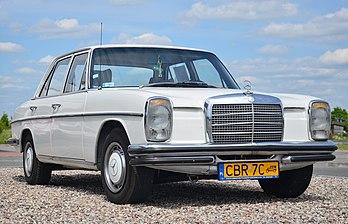 Une Mercedes-Benz W115, modèle 1973.  (définition réelle 4350×2800)