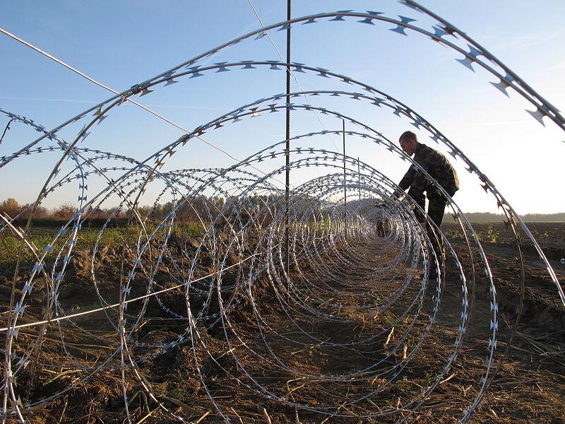 File:Ministrica obiskala pripadnike Slovenske vojske in URSZR, ki pomagajo v nastanitvenem centru in na meji 09.JPG