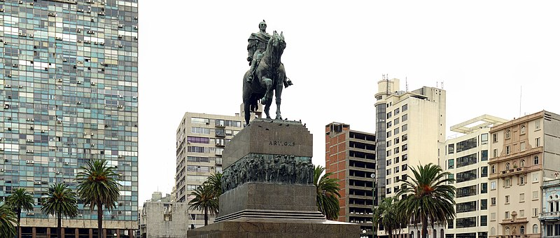 Urugvaj 800px-Montevideo_Décembre_2007_-_Plaza_de_Armas_1