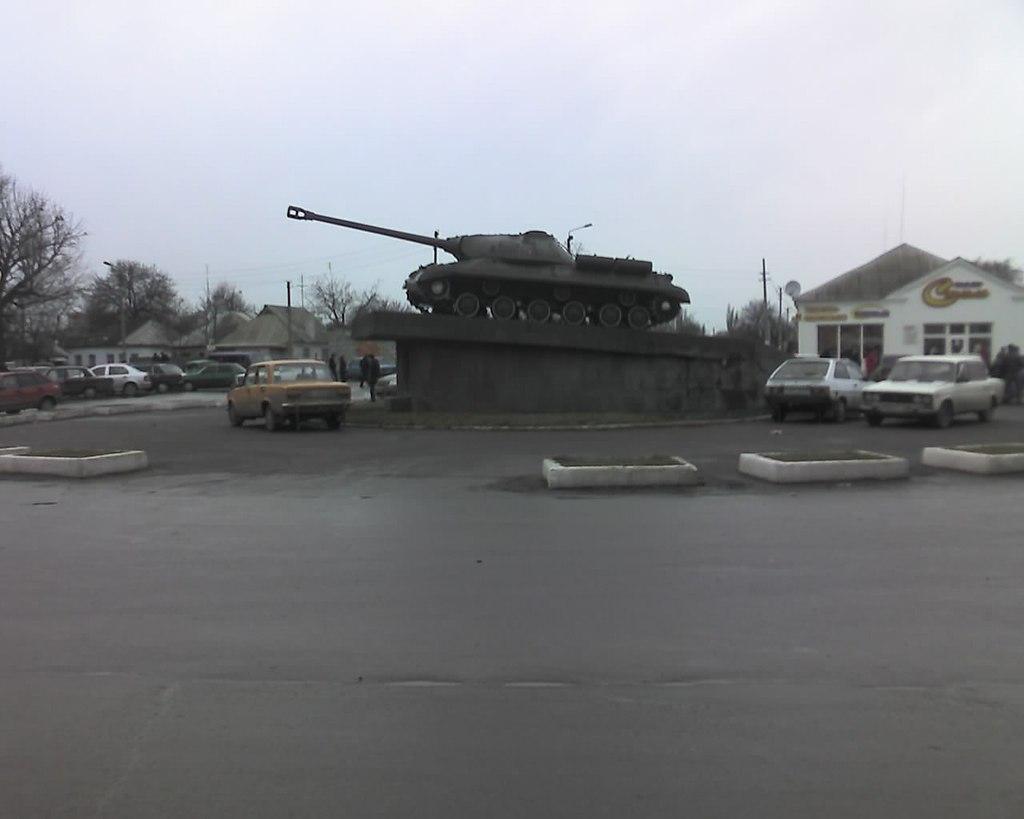 Танк на площади перед ж/д вокзалом