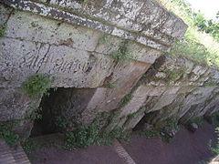 Fronton en pierre avec une inscription en alphabet étrusque.