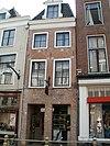 foto van Smal pand met twee verdiepingen en rechte kroonlijst waarboven dakkapel