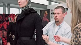 Bestand:Nick Waplington Alexander McQueen Working Process by Tate.webm