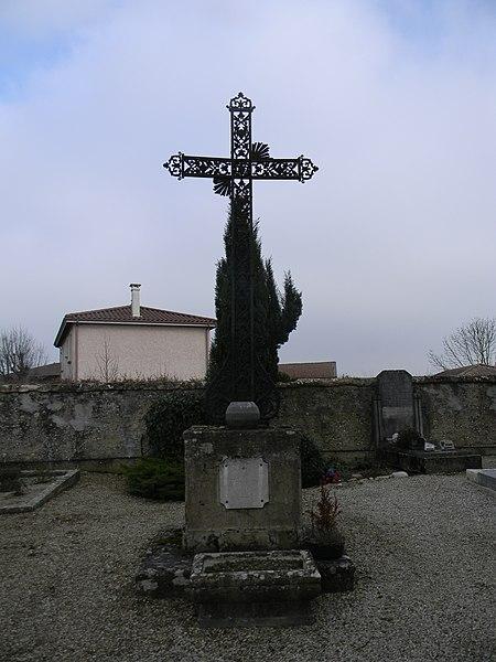 Une tombe dans le cimetière de Mionnay, avec une stèle où est gravé: O Crux Ave.