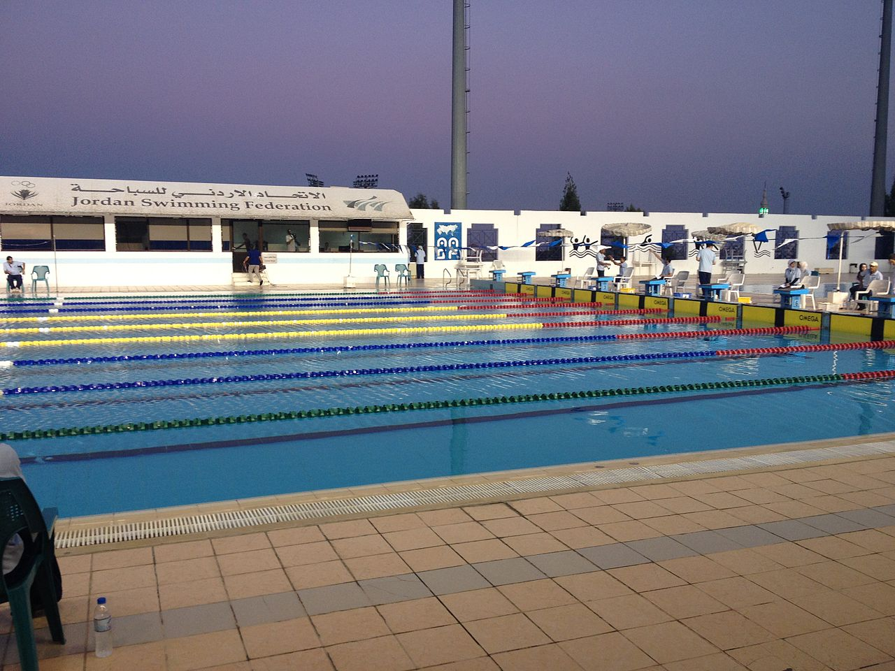 File olympic swimming pool sport city amman 01 jpg wikimedia commons for Olympic swimming pool capacity