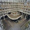Overzicht binnenhof met galerijen en interne verkeersweg - Rotterdam - 20357479 - RCE.jpg