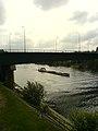 Péniche passant sous le pont de Chatou - panoramio.jpg