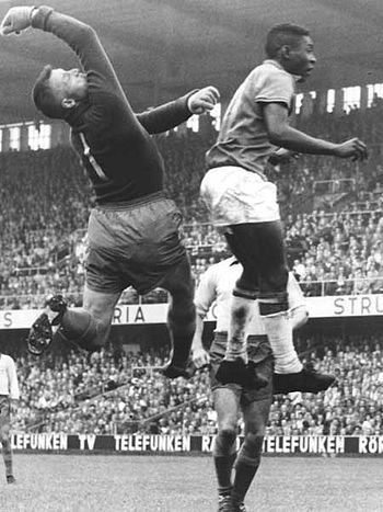 English: Pelé fighting for a ball against the ...