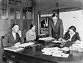 Personeelsleden van de uitgeverij van links naar rechts de heer Gaastra, mevrou, Bestanddeelnr 189-0328.jpg