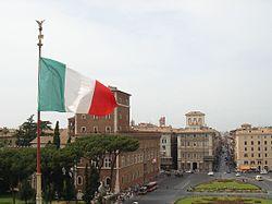 Il Tricolore italiano sventola su Piazza Venezia a Roma