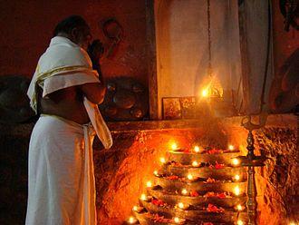 Gurukkal (kalaripayattu) - Gurukkaḷ praying before a puttara, Ettumanoor Mahadevar Temple