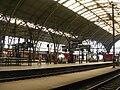 Praha hlavní nádraží, 2. nástupiště, k Vinohradům.jpg