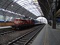 Praha hlavní nádraží, vlak s neoznačenou lokomotivou ČD.jpg