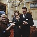 Prinses Beatrix en prins Claus krijgen geschenk aangeboden, Bestanddeelnr 254-7517.jpg
