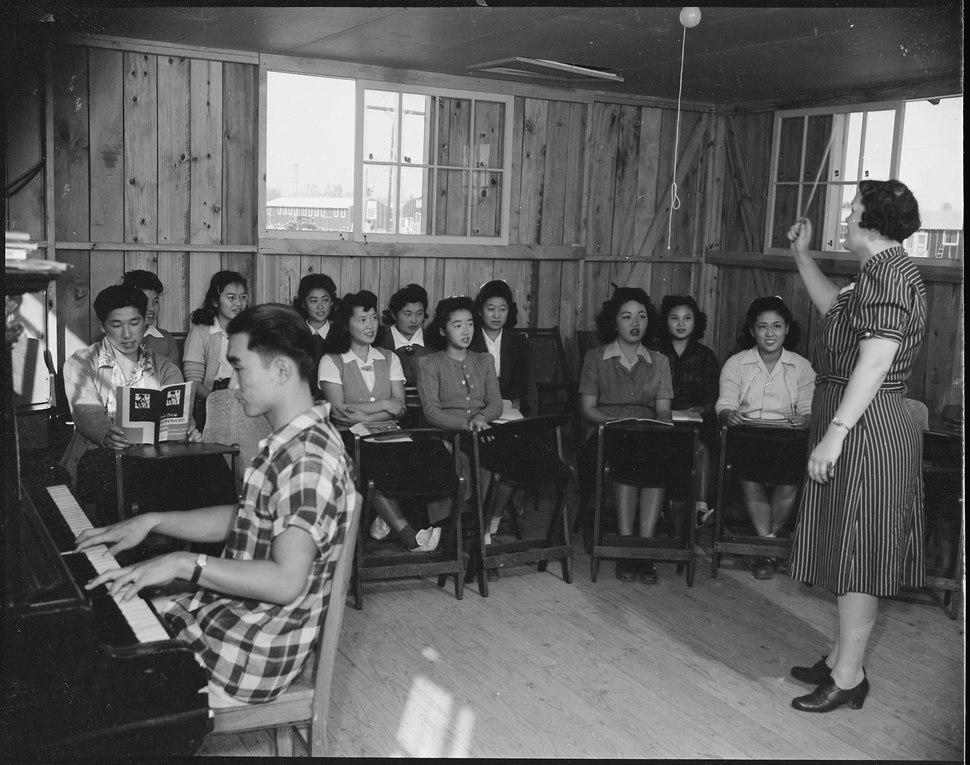 Rohwer Relocation Center, McGehee, Arkansas. A Music class. Vocal lessons are taught by Miss Leola . . . - NARA - 538951