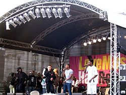 I Roll Deep durante l'esibizione al Festival Love Music Hate Racism a Barnley