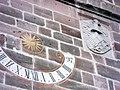 Rosstal-Kirchturm von Süden-erstes Obergeschoss mit Sonnenuhr und Wappen-28052012.JPG