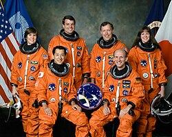 v.l.n.r. vorne sitzend: Mamoru Mōri, Gerhard Thiele; hinten stehend: Janice Voss, Kevin Kregel, Dominic Gorie, Janet Kavandi