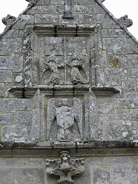 Église Saint-Fiacre, commune de Saint-Fiacre (22). Sculptures au pignon du porche méridional.