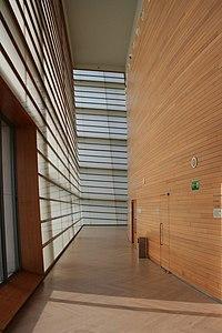 las paredes de cristal y el recinto de madera que acoge el auditorio