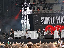Simple Plan live op een concert in 2011.