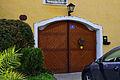 Sittendorf 16 - Garagentor des Gutshofs mit verschiedenen Hausnummern.jpg