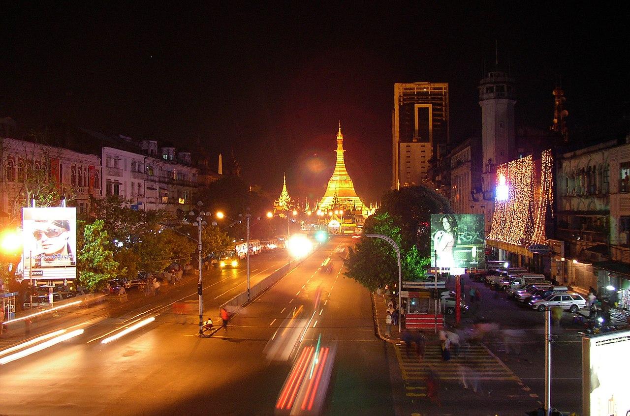 Yangon 1280px-Sule-Pagoda_by-Night