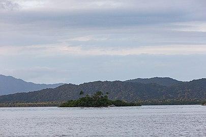 Superagui - Pequena ilhota próxima da vila.jpg
