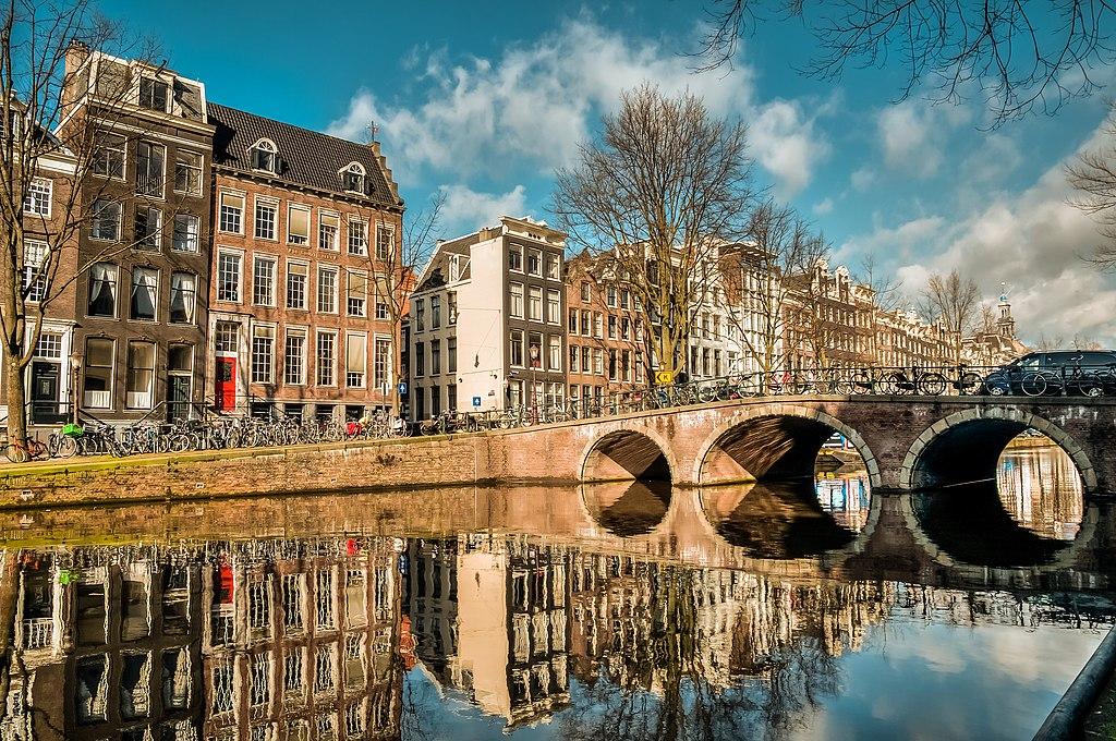 Canal d'Amsterdam par une belle journée ensoleillée. Photo de Lies thru a lens