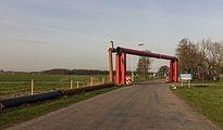 Tijdelijke pijpleidingbrug over weg in Woudfennen bij Joure 01.jpg