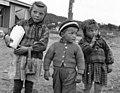 Tre Karasjok-unger i hverdagsklær, 1956 - Norsk folkemuseum - NF.05535-006.jpg